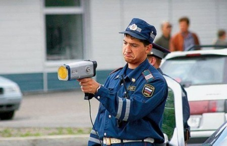 Сотрудник ГИБДД с радаром