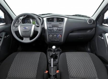 Новый бюджетный седан Datsun приборная панель