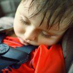 Столичных водителей призвали не оставлять детей одних в машине в жаркие дни